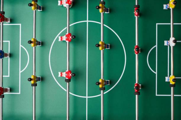 桌上足球比賽,特寫。桌足球場與足球運動員圖像檔