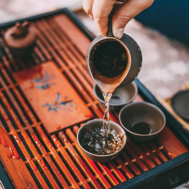 tabelle für traditionelle teezeremonie utensilien, chinesisches teetup - keramikteekannen stock-fotos und bilder
