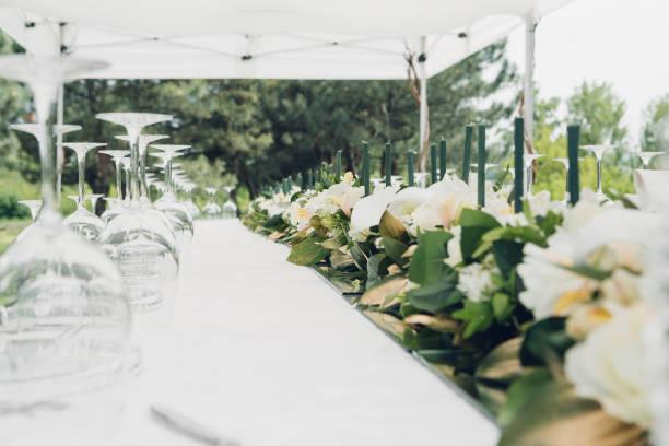 tabelle für hochzeitsfeier unter freiem himmel - grüne hochzeit themen stock-fotos und bilder