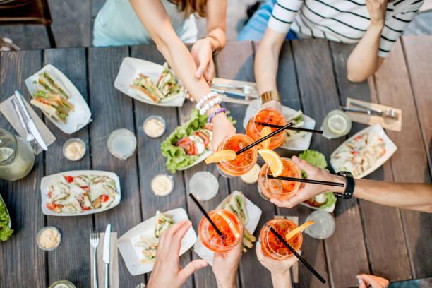 Tisch voll mit Snacks und Getränken – Foto