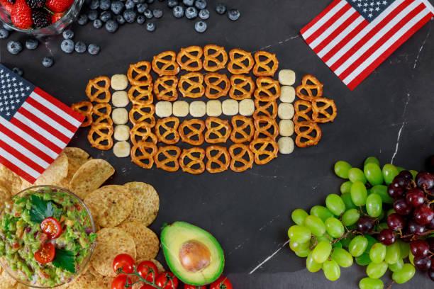 tisch voll leckere snacks für das ansehen von super fußball-spiel - spieltag vorspeisen stock-fotos und bilder