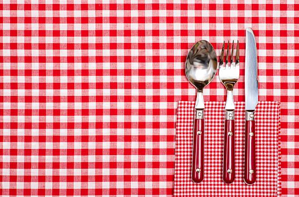 tisch in einem restaurant mit roten besteck - chrome menü stock-fotos und bilder
