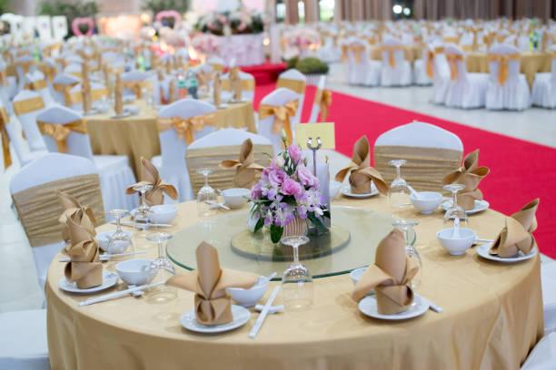 eine tabelle im bankettsaal - tischdeko goldene hochzeit stock-fotos und bilder