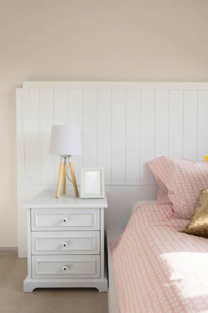 tisch-lampe im schlafzimmer - kinderzimmer tischleuchten stock-fotos und bilder