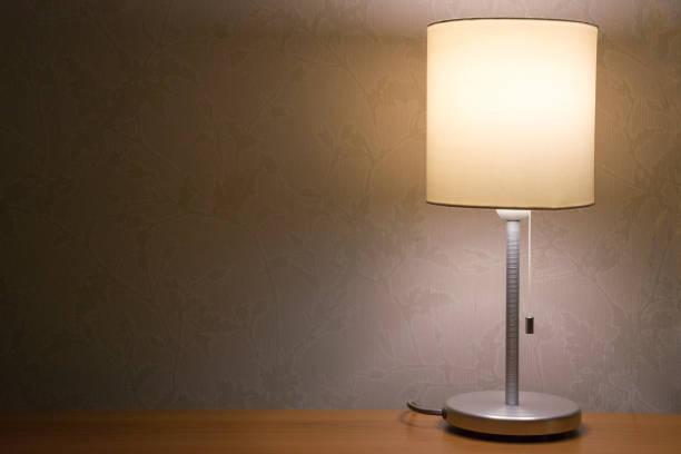 tischleuchte über weiße wand hintergrund. moderne minimalistische nachtlicht für schlafzimmer innenraum - nachttischleuchte stock-fotos und bilder