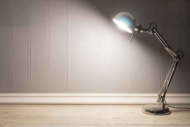 tisch lampe mit grauem hintergrund und kopie raum - bürolampe stock-fotos und bilder