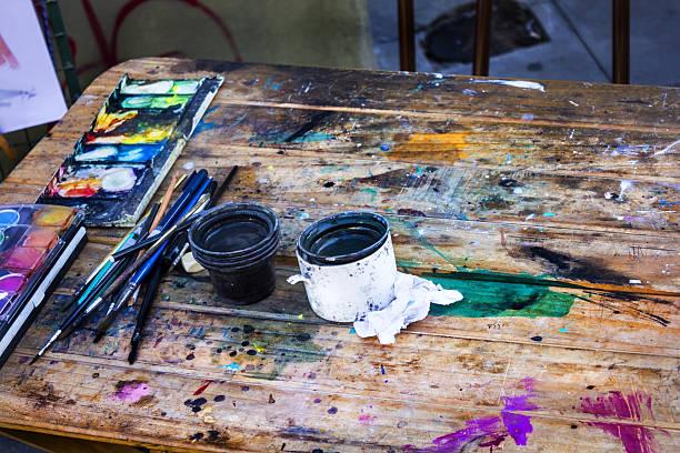 ein maler tisch - bemalte tontöpfe stock-fotos und bilder