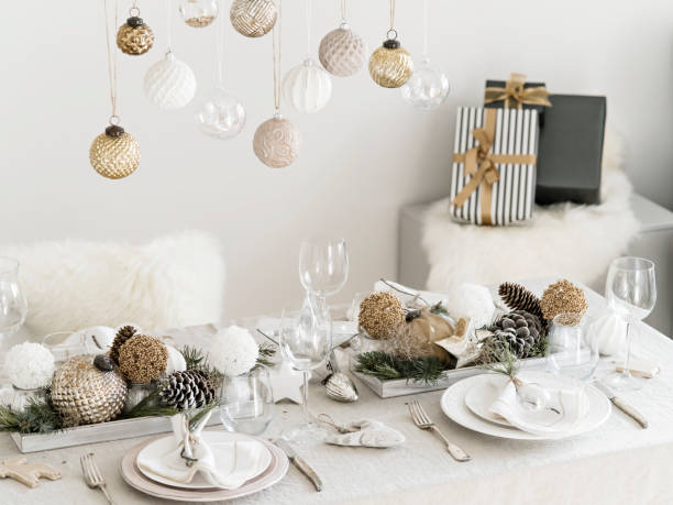 tisch serviert für silvester-dinner im wohnzimmer. - weihnachtsessen ideen stock-fotos und bilder