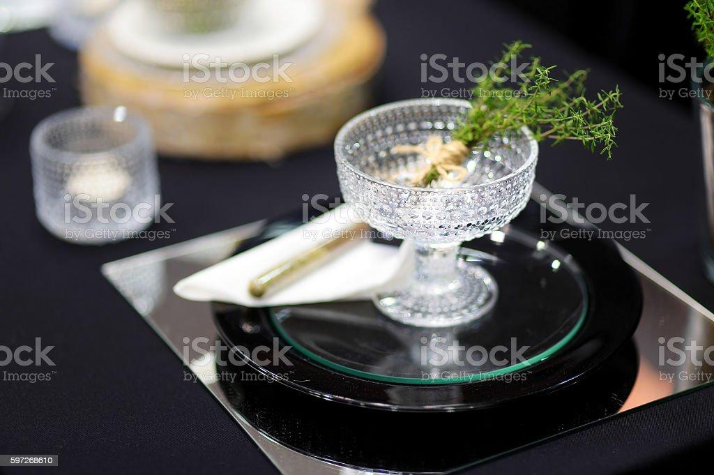 Table dressée pour une partie de l'événement ou de la réception de mariage photo libre de droits