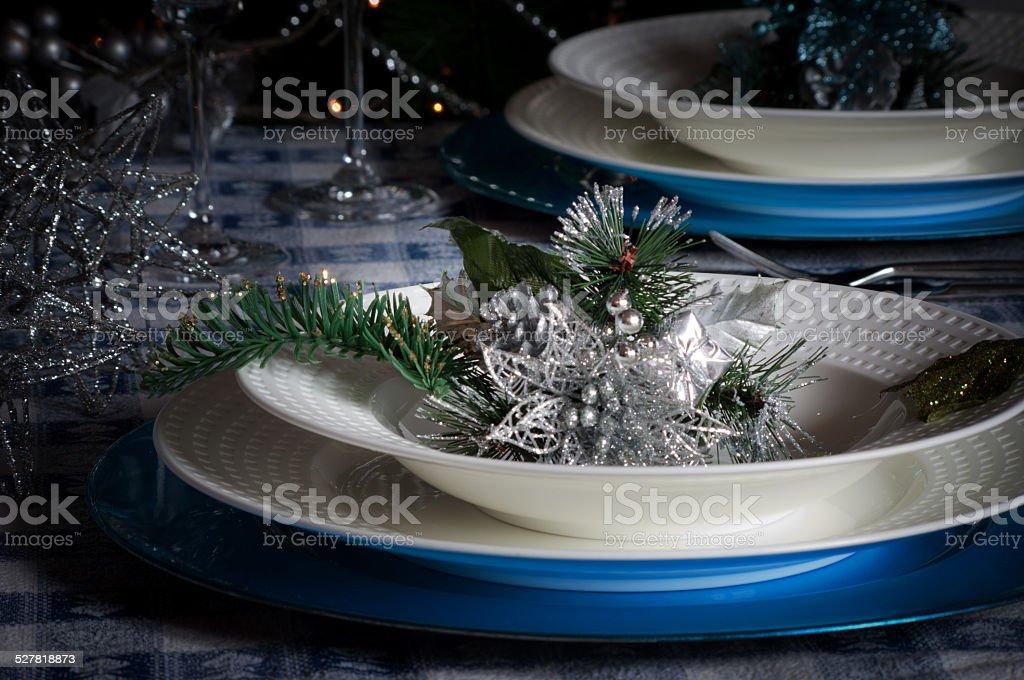Albero Di Natale Con Decorazioni Blu : Disposizione del tavolo per la cena di natale con decorazioni blu e