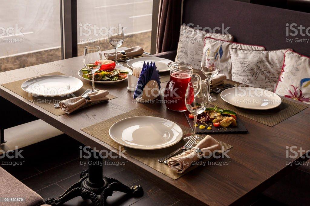conjunto de mesa no restaurante perto da janela - Foto de stock de Aconchegante royalty-free