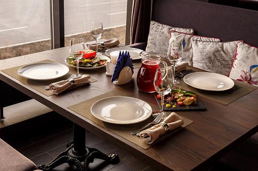 Foto de Conjunto De Mesa No Restaurante Perto Da Janela e mais fotos de stock de Aconchegante