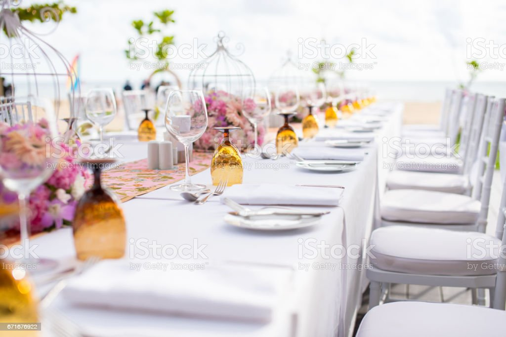 Configuração de tabela em um casamento de luxo e belas flores na mesa. - foto de acervo