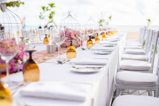 configuração de tabela em um casamento de luxo e belas flores na mesa. - fine dining - fotografias e filmes do acervo