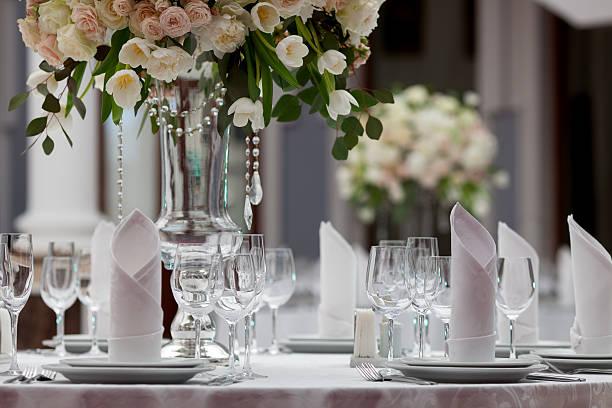 configuração de tabela em uma recepção de casamento de luxo - muita comida imagens e fotografias de stock