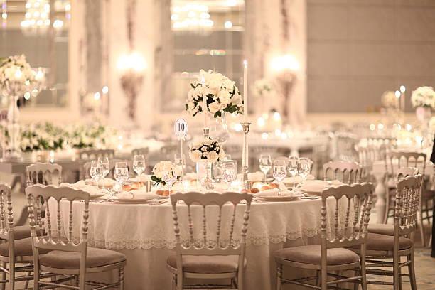 elegante configuração de tabela em uma recepção de casamento - muita comida imagens e fotografias de stock