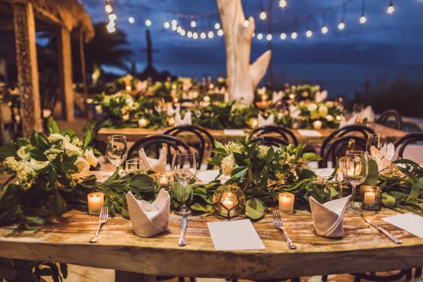 夜の結婚式でのテーブルの設定。新鮮な花、キャンドル、電球、花輪と装飾。ヴィンテージスタイル。 - 結婚式 ストックフォトと画像