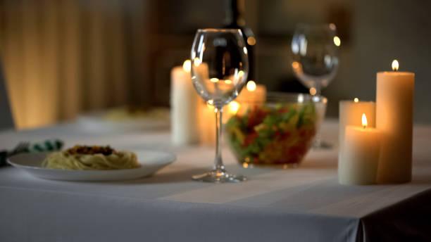 fondo de ajuste de mesa, cena y ardientes velas, celebración en el restaurante - date night fotografías e imágenes de stock