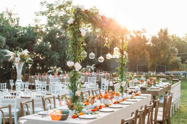 ajuste da tabela para uma festa de evento ou recepção de casamento - casamento - fotografias e filmes do acervo
