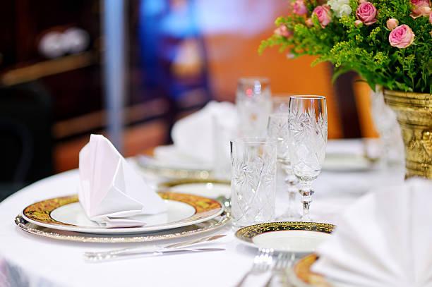 tisch für eine veranstaltung-party - tischdeko goldene hochzeit stock-fotos und bilder