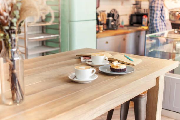 eine tischdekoration für kaffee an der theke ein coffee house - besteck günstig stock-fotos und bilder