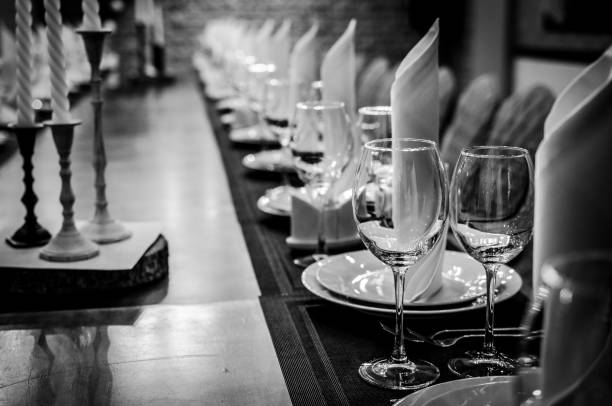 cenário de mesa para jantar. copos vazios no restaurante - fine dining - fotografias e filmes do acervo