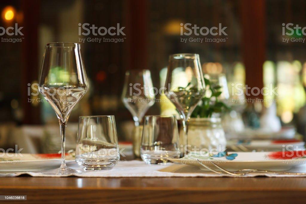 Tischdekoration im Restaurant. Glas in den Vordergrund. – Foto