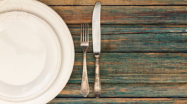 Table setting of plates and cutlery - foto de acervo