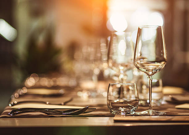 table dressée - diner entre amis photos et images de collection