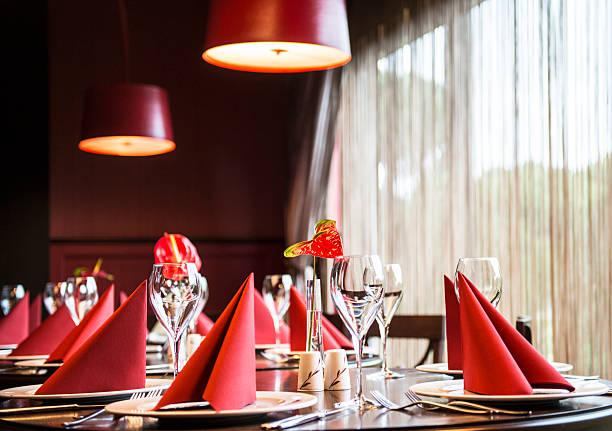 tabelleneinstellung - roten küchentische stock-fotos und bilder