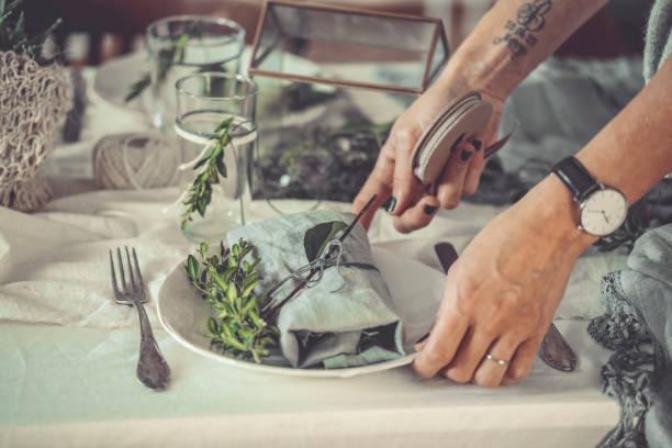 gedeckter tisch - küche rustikal gestalten stock-fotos und bilder