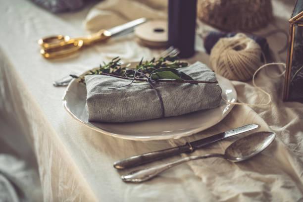 gedeckter tisch - küche deko grün stock-fotos und bilder