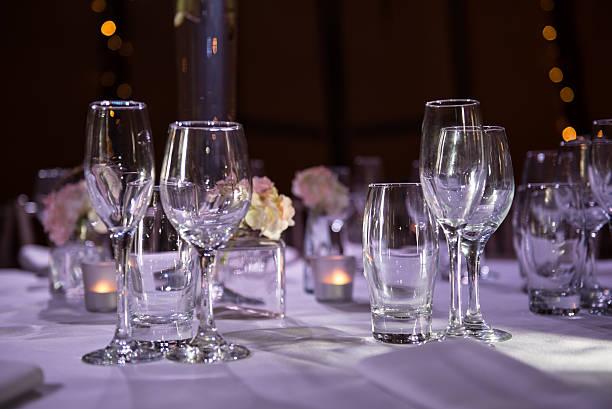 mesas postas com taças de vinho em um evento - eventos de gala - fotografias e filmes do acervo