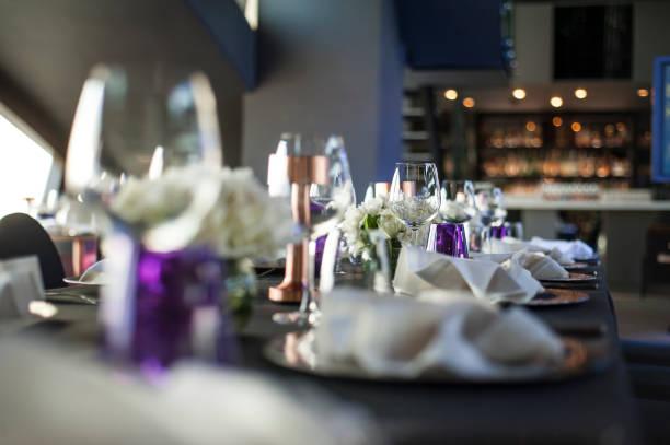 instalação de mesa no tema de cores jantar festa, roxo - fine dining - fotografias e filmes do acervo
