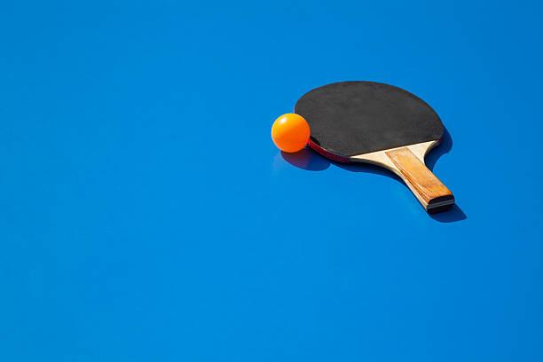 piłeczka do tenisa stołowego z wiosłem - rakietka do tenisa stołowego zdjęcia i obrazy z banku zdjęć
