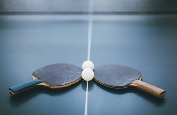 tischtennis-bällen und schlägern - dinge die zusammenpassen stock-fotos und bilder