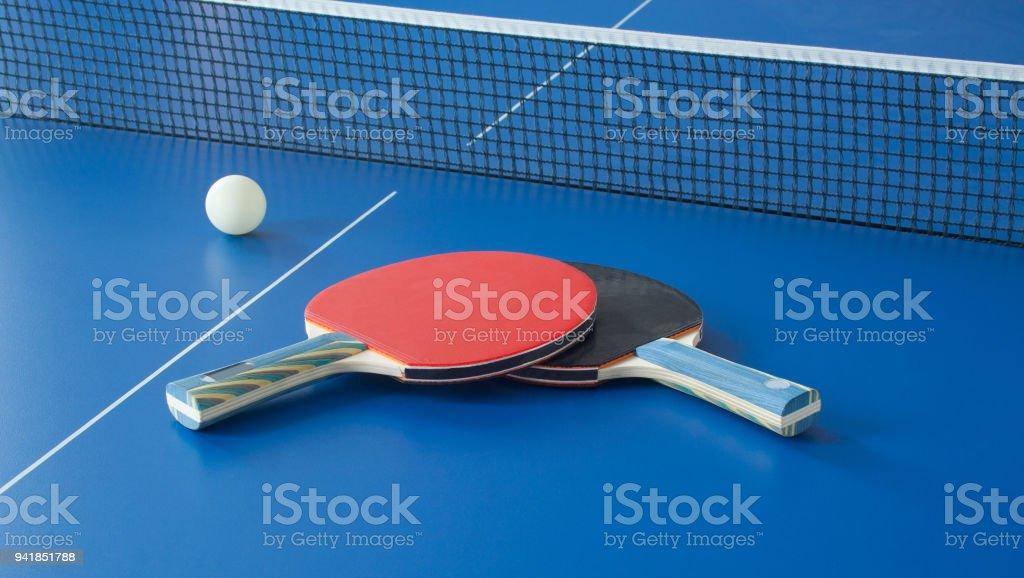 9d88de053 Raquetes de ténis de mesa preto e vermelho na mesa azul foto royalty-free