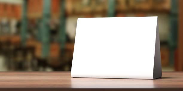 Tischzelt, reservierte Karte Zeichen leer leer auf einem Holztisch, 3d Abbildung – Foto