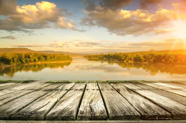 Tischplatte und verschwommene Natur des Hintergrundes – Foto