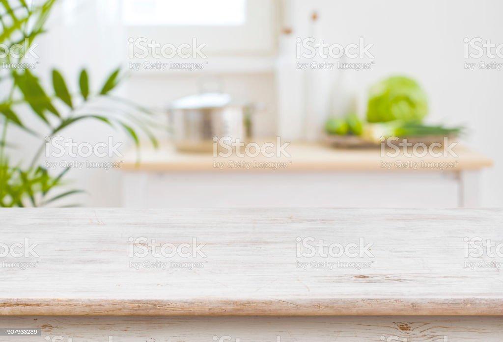 Mesa superior e turva cozinha quarto como plano de fundo - foto de acervo