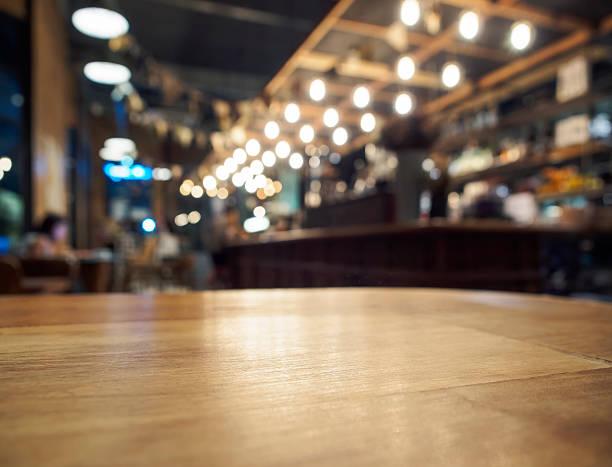 La tabella sopra sfondo sfocato banco Bar restaurant - foto stock