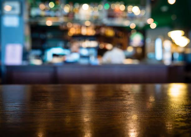 Tavolo alto contrasto con sfondo sfocato Bar e ristorante - foto stock