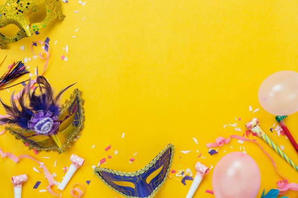 imagen aérea de la vista superior de tabla de fondo festival de carnaval adornos de colores hermosos. plano pone objeto accesorio el globo rosa y confeti máscara y decoración paper.copy amarillo moderno espacio. - carnaval fotografías e imágenes de stock