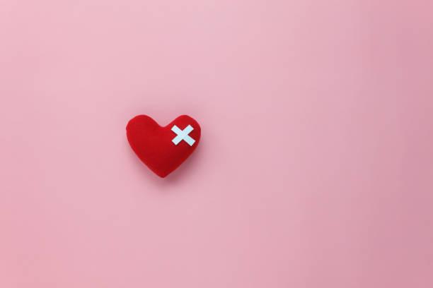 tabel bovenaanzicht luchtfoto beeld van decoratie valentijnsdag achtergrond concept. plat lag rood hart met ontwerp blessure op moderne rustieke roze paper.pastel tone.copy ruimte voor creatieve tekst & lettertype. - liefdesverdriet stockfoto's en -beelden