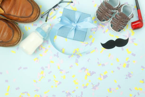 ansicht von oben glücklich väter tag urlaub hintergrund tischkonzept. wohnung legen dekoration geschenk-box für papa mit zubehör objekte zeichen der saison auf moderne rustikale blauem papier im home-office desk.pastel ton. - festliche babymode junge stock-fotos und bilder