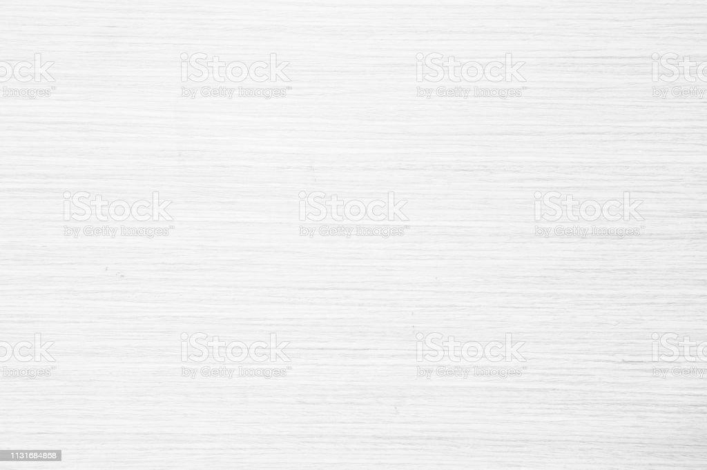 Vue de dessus de table de texture de bois dans le fond blanc de couleur naturelle de lumière. Gris propre grain plancher en bois bouleau panneau toile de fond avec planche plaine pâle détail Streak finition pour chic espace concept clair. - Photo de Abstrait libre de droits