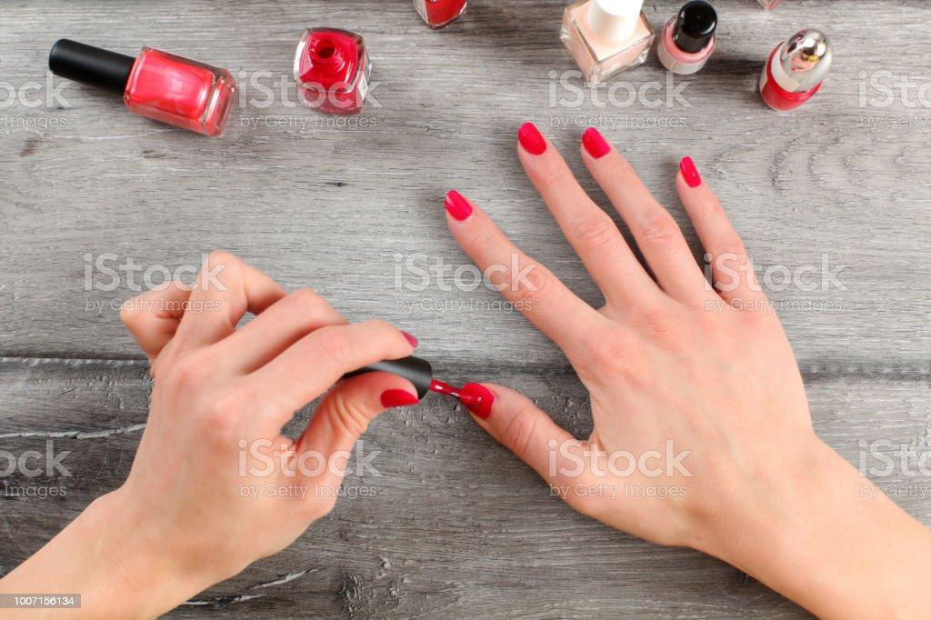 Vue de dessus de table sur les mains de la jeune femme appliquer la