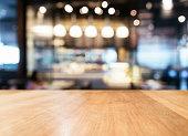 テーブルトップにぼやけたバーレストラン」のインテリアの背景
