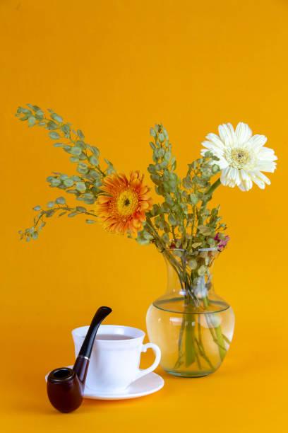 mesa con una pipa y flores - gerardo huitrón fotografías e imágenes de stock