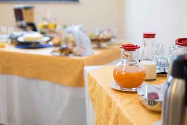 tabelle mit frühstücksbuffet - esszimmer buffet stock-fotos und bilder